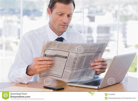Homme D Affaires Lisant Un Journal Photos Stock Image
