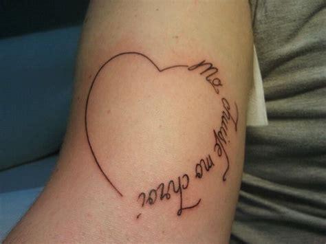 tatuaggio cuore con fiori tatuaggi di nomi e di scritte personalizzate