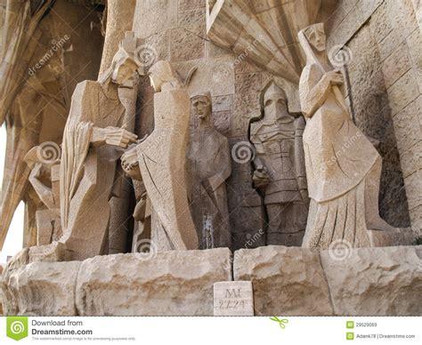 ingresso sagrada familia prezzo vista su barcellona scultura sopra la facciata sagrada