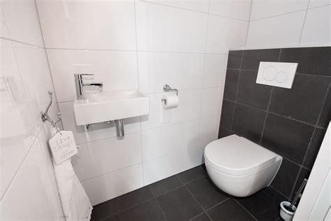 badkamer verbouwen gorinchem houtlook tegels in woonkamer zwart wit geblokte vloer in hal