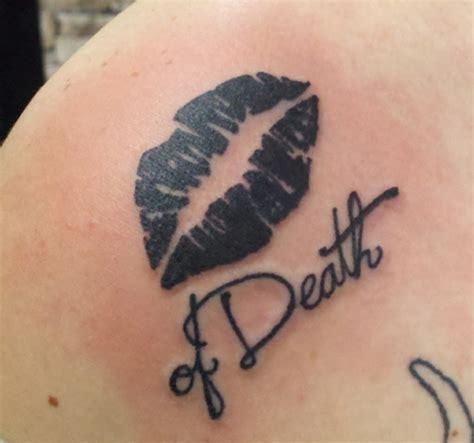 tattoo lips black kussmund tattoo bedeutung und motiv ideen in rot und schwarz