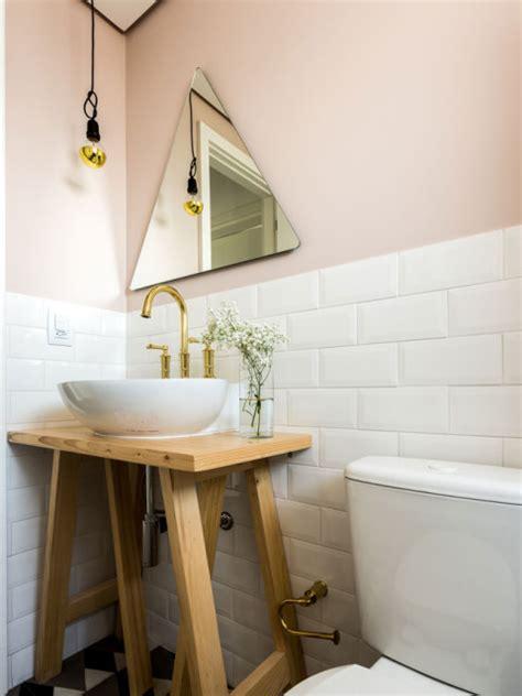 toilet metrotegels toilet met roze muren witte metrotegels en grafische