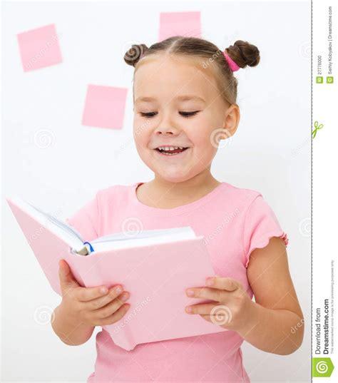 libro la nina que no la ni 241 a est 225 leyendo un libro foto de archivo imagen 27776000