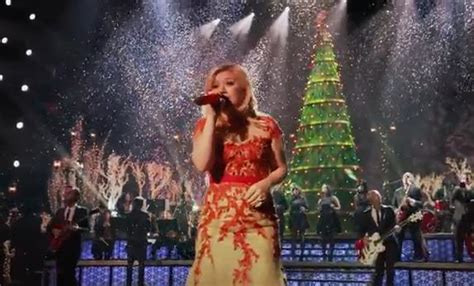 video premiere kelly clarkson s quot underneath the tree