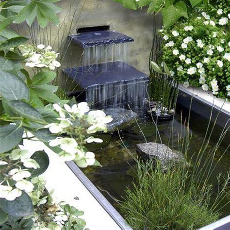 black falls in with gardener estanques en el jard 237 n