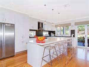Shaped kitchen design using floorboards kitchen photo 614655