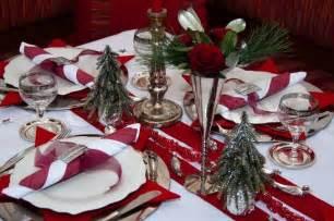 tisch rot weihnachten tisch mit roter dekoration servietten