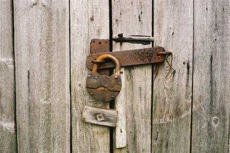 gambar kayu tua dinding logam pintu lapuk gembok