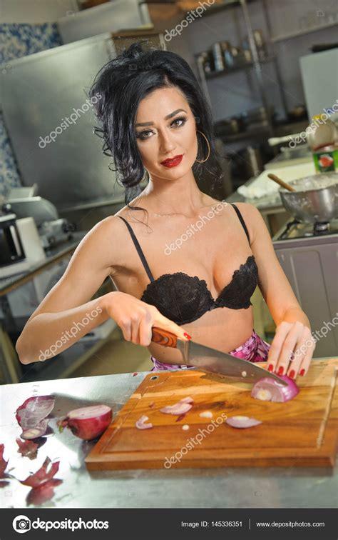 donna in cucina donna e in cucina cibo che prepara brunetta