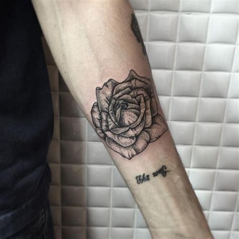 rose blume tattoo am unterarm in gepunkteter arbeit mit
