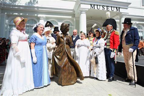 world first statue of jane austen unveiled cetusnews lifesize jane austen statue unveiled in basingstoke town