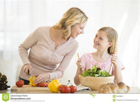 mama e hija cocinando madre e hija que preparan la comida en cocina foto de
