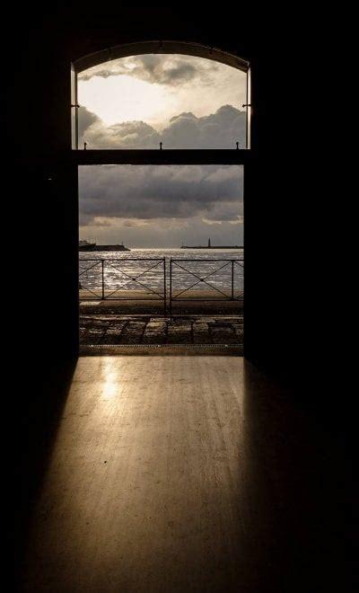calata porto di massa calata di massa tra ombre e l inedita solitudine