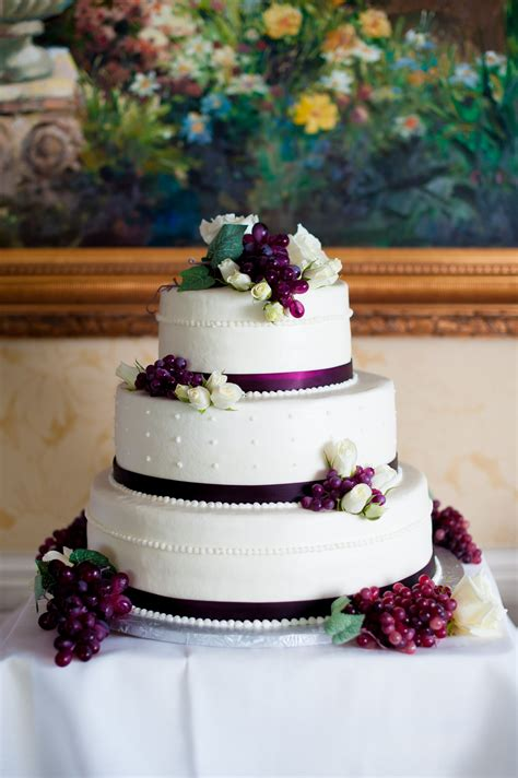 cake coordinating with a wine themed wedding rebekahhoyt photography wedding ideas