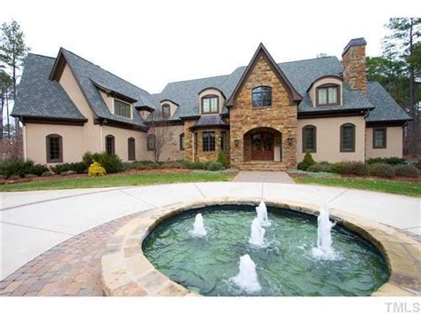 Circle Driveway With The Fountain Bossin Dream House House Driveway Designs