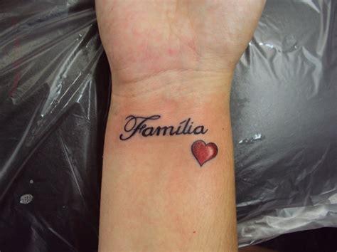 Tattoo Escrita Family   tatuagem escrita palavras fam 237 lia cora 231 227 o pulso