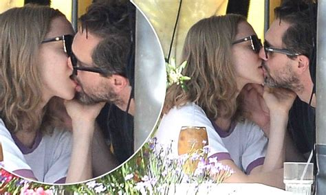 amanda seyfried kavanaugh amanda seyfried and boyfriend thomas sadoski share a