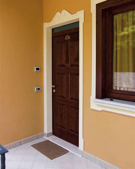 di ingresso porta di ingresso vecchia porta di ingresso in legno con