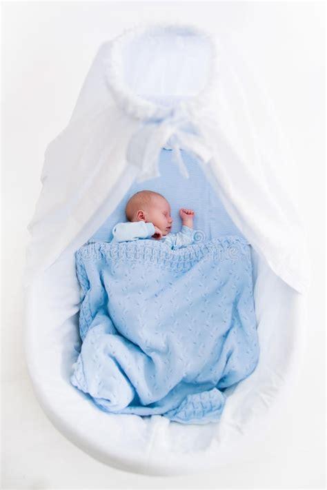 neonati in culla ragazzo di neonato in culla fotografia stock