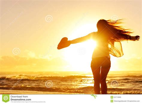 imagenes libres de royalties silhouette of a woman dancing by the ocean royalty free