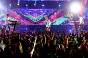 coldplay live 2017 the chainsmokers coldplay perform something just like
