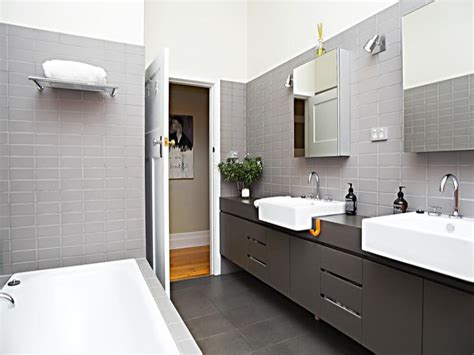 modern bathroom design with recessed bath using tiles