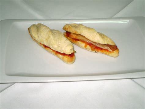 un buen bocadillo c 243 mo preparar un buen bocadillo de almusafes con cebolla queso y sobrasada miravalencia