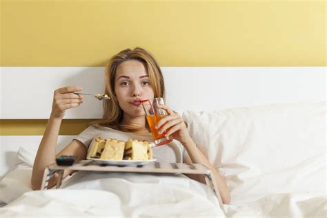 when should you stop eating before bed the best and worst foods to eat before bedtime