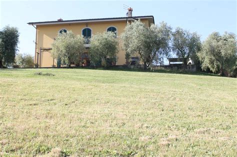 in vendita montecarlo villa con giardino privato a montecarlo cambiocasa it