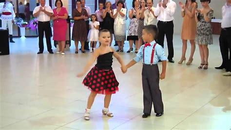 imagenes infantiles niños bailando pareja de ni 241 os bailando incre 237 blemente youtube