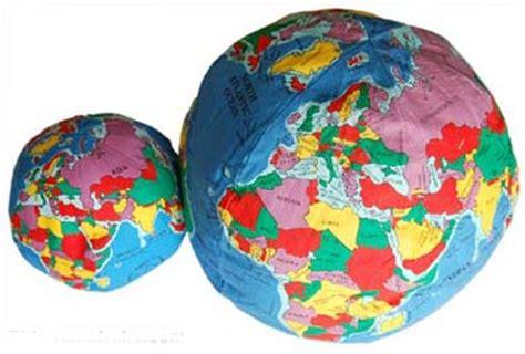 deja el mundo como juguete en su manos juguetes