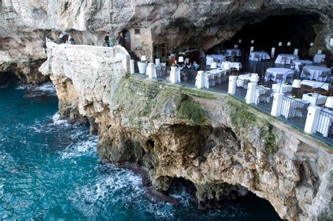 cliffside restaurant italy ici on d 238 ne dans un restaurant sculpt 233 dans une grotte