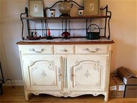 Ethan Allen Bakers Rack by Country Ethan Allen And Side Chairs On