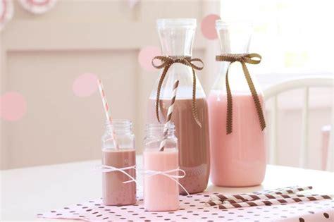 bimbe cucinano baking di compleanno in rosa bianco e cacao