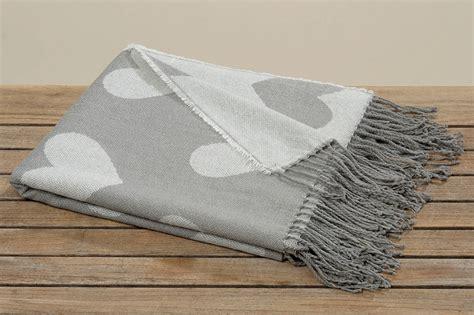 decke mit ärmeln grau decke mit herzen wohndecke kuscheldecke picknickdecke grau