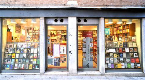 libreria cafoscarina venezia quando l acqua si fa alta i libri salgono in gondola