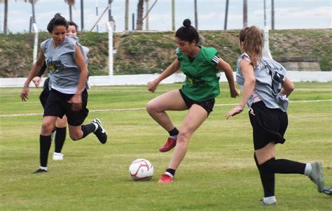 imagenes de mujeres jugando futbol con frases deportes y recreaci 243 n torneo rel 225 mpago de f 250 tbol femenino