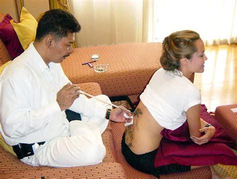 angelina jolie tattoo kinder tattoo zoff bei brangelina sohn maddox will tinte unter