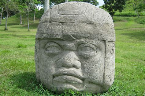 imagenes de los grupos olmecas cabeza olmeca preside en toronto el mes de hispanidad