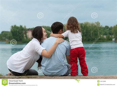 padre madre e hija madre padre e hija haciendo yoga foto