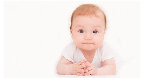 ab wann können baby den kopf halten entwicklung baby meilenstein kopfkontrolle st 252 tzen