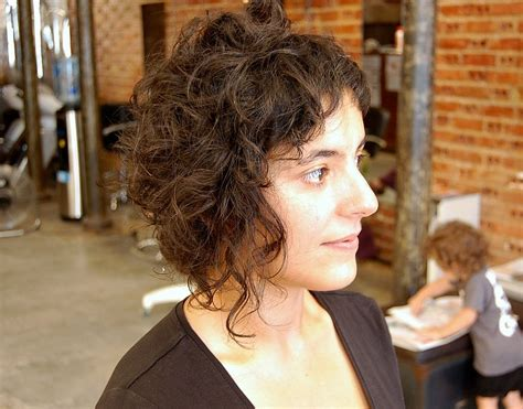 trendy haircuts short curly hair soft waves spiky textures romantic tendrils curly