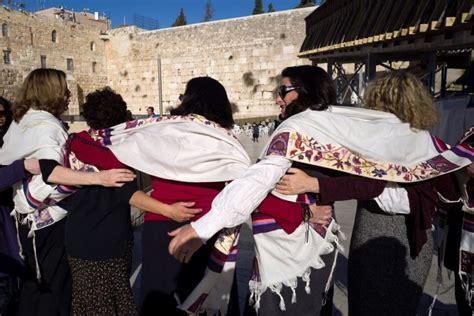 imagenes judios orando israel autoriza a hombres y mujeres orar juntos en muro de