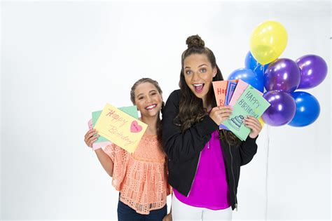 Calendã Mackenzie 2017 Maddie And Mackenzie Ziegler Do Something For Homeless