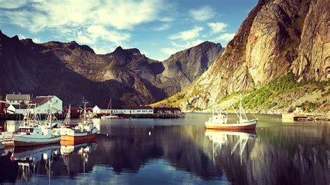 motorboot norwegen fotos lofoten norwegen reine gebirge motorboot 1600x900