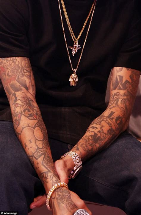 chris brown hand tattoo chris brown gets more tattoos on his neck as he snoozes