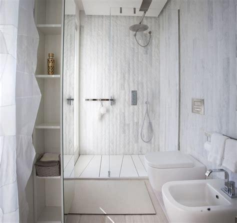 bagni stretti e lunghi free nel bagno bianco lasa posato in moduli verticali
