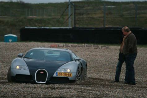 worst bugatti crashes bugatti veyron suffers crash on racetrack wreckedexotics com