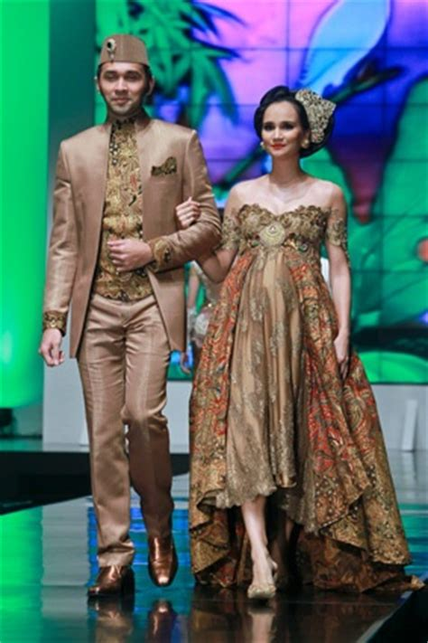 Batik Couple1 17 best images about kebaya traditional modern from