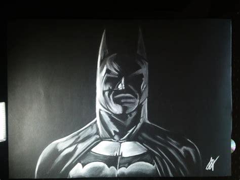 imagenes de batman a blanco y negro dibujando a batman con un s 243 lo l 225 piz sobre fondo negro